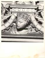 F001586 Detailfoto van een ornament, een vrouwenhoofd met haarversiering, dat onderdeel uitmaakt van de zandstenen ...