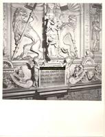 F001585 Middenstuk van de zandstenen schouw in de Schepenzaal van het oude Raadhuis. In het midden Charitas (Liefde) ...