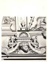 F001584 Detailfoto van een ornament met een mannenhoofd aan weerszijden geflankeerd door een faun (demon, half man - ...