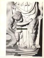 F001581 Detailfoto van een cupido die zich vasthoudt aan het ornament Charitas (Liefde) in het midden van de zandstenen ...