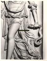 F001579 Detailfoto van een ornament Prudentia (Voorzichtigheid), een vrouwenfiguur met een slang in de linkerhand, dat ...