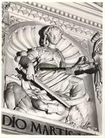 F001578 Detailfoto van een ornament de oorlogsgod Mars wordt overwonnen dooe het zwaard van de Gerechtigheid, dat ...