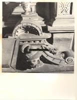 F001577 Detailfoto van een ornament met bebaarde man aan de smalle linker zijkant van de schouw, de voorstelling maakt ...