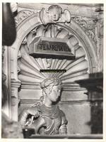 F001576 Detailfoto van het vrouwenfiguur Temperatia (Gematigdheid), één van de vier deugden, dit ornament is geplaatst ...