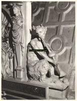 F001575 Detailfoto van het ornament de fluitspelende demon, half man, half bok, rechts naast de allegorie op de ...