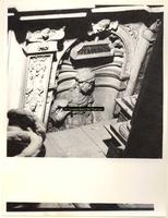 F001574 Detailfoto van het vrouwenfiguur Temperatia (Gematigdheid), één van de vier deugden, dit ornament is geplaatst ...