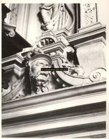 F001573 Detailfoto van een ornament met bebaarde man aan de smalle linker zijkant van de schouw, de voorstelling maakt ...