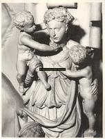F001572 Detailfoto van Charitas (De Liefde) die een centrale plaats inneemt op de zandstenen schouw welke in 1545 is ...