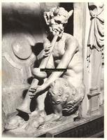 F001571 Detailfoto van de fluitspelende demon, half man, half bok links van de allegorie op de regering van de keizer ...