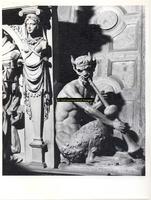 F001570 Detailfoto van het ornament de fluitspelende demon, half man, half bok, rechts naast de allegorie op de ...