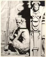 F001569 Detailfoto van het ornament de fluitspelende demon, half man, half bok, links naast de allegorie op de regering ...