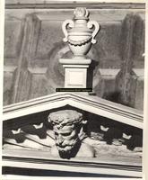 F001568 Detailfoto van een vaasornament en een mannenhoofd boven de allegorie op de regering van de keizer in het ...