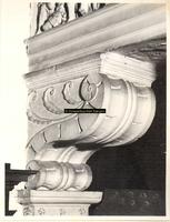 F001567 Detailfoto van een console ornament aan de linkerzijde van de schouw en vuurplaat, de console maakt deel uit ...