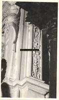 F001566 Detailfoto van een ornament met arabesken en bloemmotieven aan de rechterzijde van de schouw, naast het ...