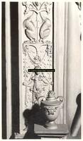 F001564 Detailfoto van een ornament met arabesken en bloemmotieven aan de voorzijde van de schouw, de voorstelling ...
