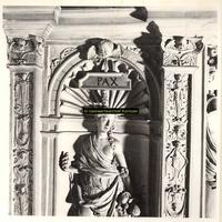 F001561 Detailfoto van de bovenzijde van de voorstelling Pax (Vrede) uitgerust met de hoorn des overvloeds, aan ...