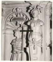 F001560 Aan de rechterzijde van de schouw, de voorstelling van Fortitudo (Kracht), zij omvat met beide handen een ...