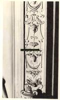 F001559 Detailfoto van de ornamenten met bloemmotieven, arabesken en satyrs aan de rechterzijde van Prudentia ...