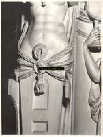 F001557 Detailfoto van het ornament aan de linker voorzijde van de schouw, naast Prudentia (Voorzichtigheid) en boven ...