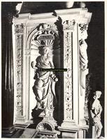 F001556 Aan de linkerzijde van de schouw de voorstelling van van Pax (Vrede) uitgerust met de hoorn des overvloeds, aan ...