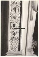 F001555 Detailfoto van het ornament aan de linkerzijde/hoek van de schouw, het onderste gedeelte van het vrouwenfiguur ...
