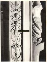 F001554 Detailfoto van het ornament aan de linkerzijde/hoek van de schouw, het midden gedeelte van het vrouwenfiguur ...