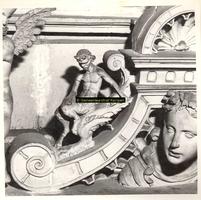F001553 Detailfoto van een satyr (demon, half man - half bok) op de fries aan de rechterzijde, tussen het beeldje van ...