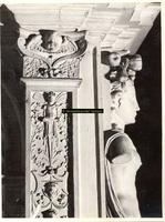 F001552 Detailfoto van het ornament aan de linkerzijde/hoek van de schouw, het vrouwenfiguur aan de voorzijde is ...