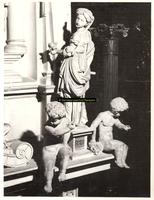 F001551 Het vrouwenfiguur Spes (de hoop) met twee cherubijntjes op de rechterhoek van de zandstenen schouw, vervaardigd ...