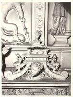 F001550 Detailfoto van een mannenhoofd op de fries kijkend naar links, tussen het beeldje van de Naastenliefde ...