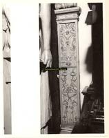 F001549 Detailfoto van het gehele ornament aan de rechterzijde, naast de karyatide (vrouw) die de schouw draagt, ...