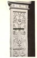 F001548 Detailfoto van het ornament rechts boven, naast de karyatide (vrouw) die de schouw draagt, vervaardigd door ...