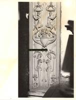 F001547 Detailfoto van het ornament rechts onder, naast de karyatide (vrouw) die de schouw draagt, vervaardigd door ...