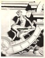 F001546 Detailfoto van een satyr (demon, half man - half bok) op de fries tussen het beeldje van de Naastenliefde ...