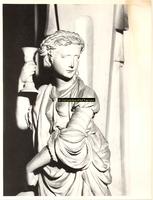 F001545 Detailfoto van het vrouwenfiguur Fides (het geloof) op de linkerhoek van de zandstenen schouw, vervaardigd door ...