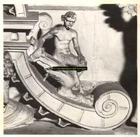 F001543 Detailfoto van een satyr (demon, half man - half bok) op de fries tussen het beeldje van de Hoop (Spes) en de ...