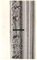 F001542 Detailfoto van een rand ornament op de zandstenen schouw, vervaardigd door beeldhouwer meester Colijn de Nole, ...