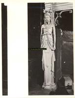 F001540 De schouw wordt aan de linkerzijde gedragen door een herme (man), vervaardigd door beeldhouwer meester Colijn ...