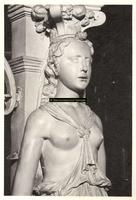 F001539 Detailfoto van de karyatide (vrouw) aan de rechterzijde van de schouw, vervaardigd door beeldhouwer meester ...