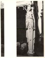 F001538 De schouw wordt aan de rechterzijde gedragen door een karyatide (vrouw), vervaardigd door beeldhouwer meester ...