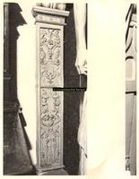 F001537 Detailfoto van het gehele ornament aan de linker zijkant, naast de herme (man) die de schouw draagt, ...
