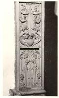 F001536 Detailfoto van het ornament linksboven aan de zijkant, naast de herme (man) die de schouw draagt, vervaardigd ...