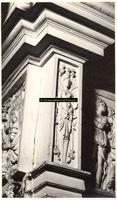 F001529 Linker hoekornament naast de reliëfs op het fries van de zandstenen schouw, vervaardigd door beeldhouwer ...