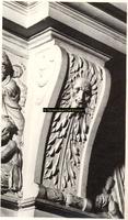 F001528 Ornament tussen de reliëfs op het fries van de zandstenen schouw, vervaardigd door beeldhouwer meester Colijn ...