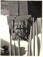 F001433 Balkensteun met ornament in de Schepenzaal van het Oude Raadhuis te Kampen, omgeven door speren.
