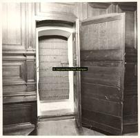 F001525 De toegang tot de schepentoren gaat via drie deuren, de eerste twee zijn van hout, de derde is een ijzeren ...