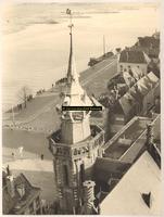 F001331 Overzicht van de IJsselkade en de Vispoort, op de voorgrond de Schepentoren en het dak van het Oude Raadhuis. ...