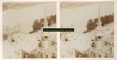 F001327 De IJssel en de kade bij de opgang van de brug aan Kamperzijde bij de Vispoort, op de voorgrond het ...