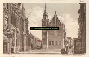 F001306 Het Oude Raadhuis met de schepentoren te midden van de Voorstraat (links) en de Oudestraat (rechts), helemaal ...