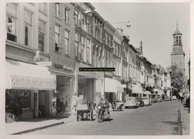 F001292 Oudestraat, gezien ter hoogte van de Morrensteeg, richting Nieuwe Yoren, met van links naar rechts de winkels ...